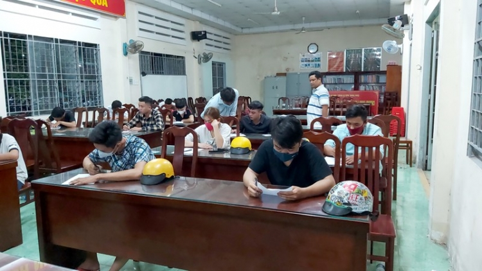 Quái xế lao xe tông gãy chân thiếu tá cảnh sát giao thông ở Tiền Giang