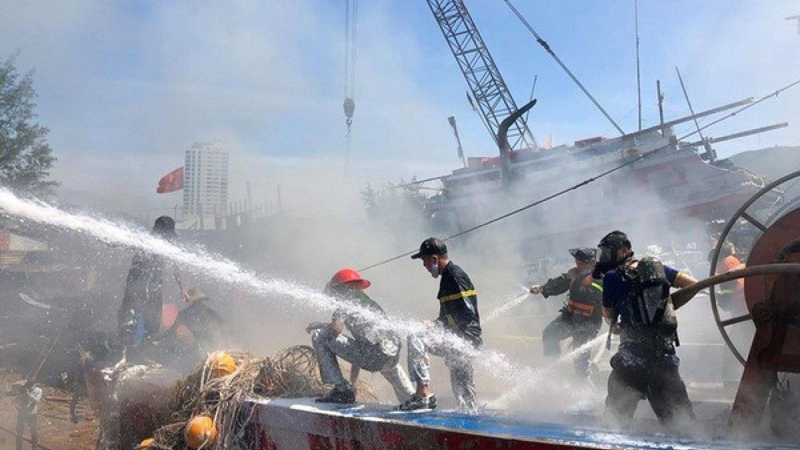 Tàu cá ở Đà Nẵng bốc cháy khi đang sửa chữa