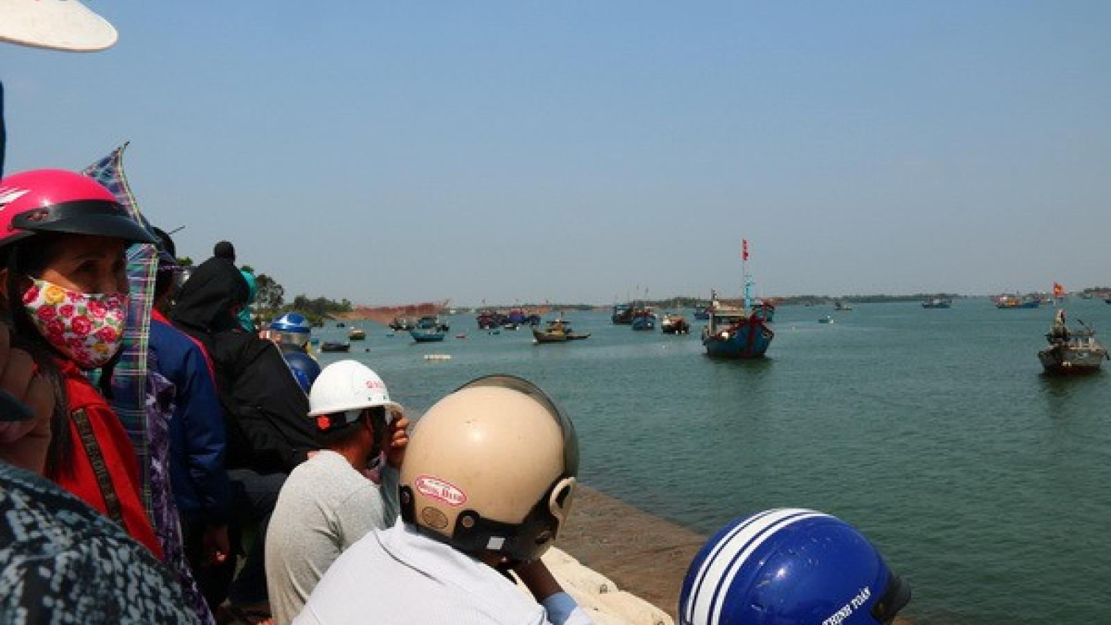 Đã tìm thấy 2 thi thể nạn nhân vụ lật thuyền trên sông Thu Bồn