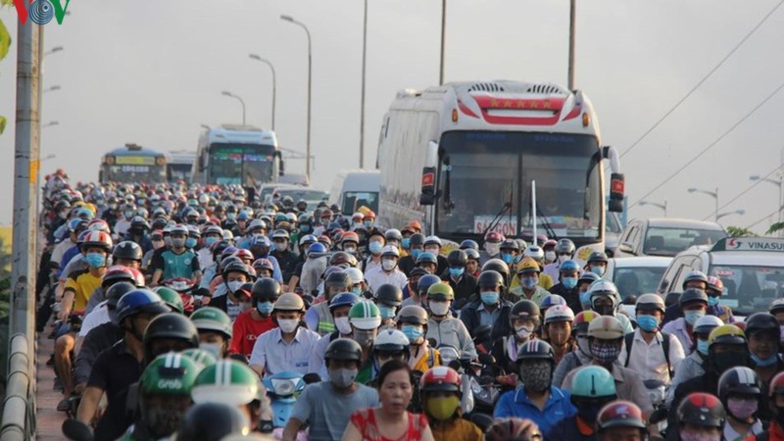 TPHCM: Cửa ngõ vào khu vực bến xe Miền Đông ùn tắc nghiêm trọng
