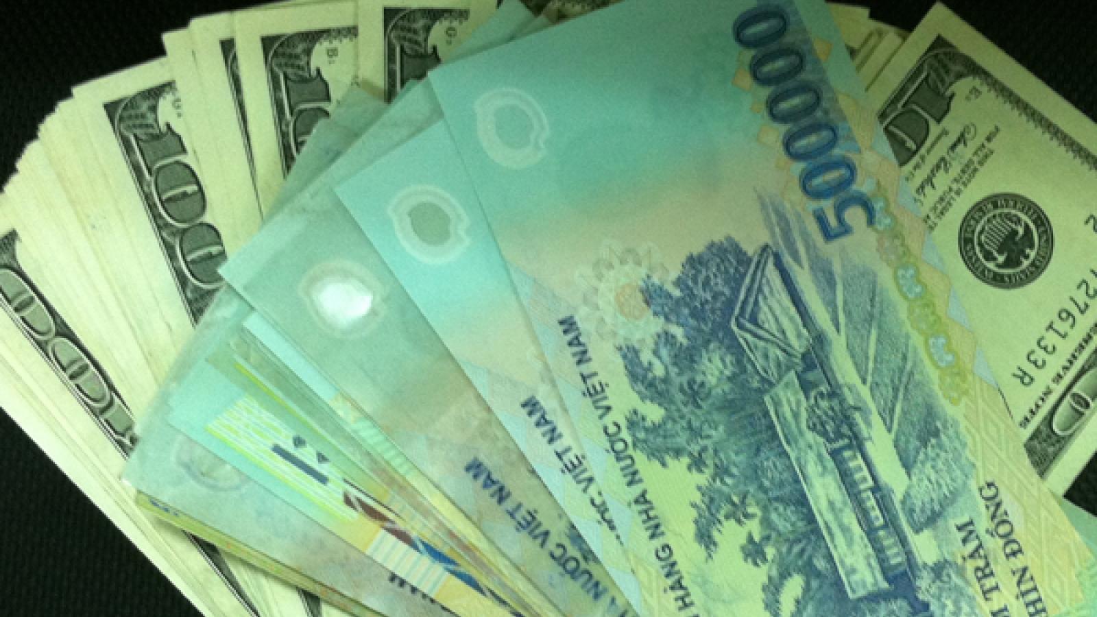 Tỷ giá trung tâm giảm nhẹ, giá USD trong nước đứng yên