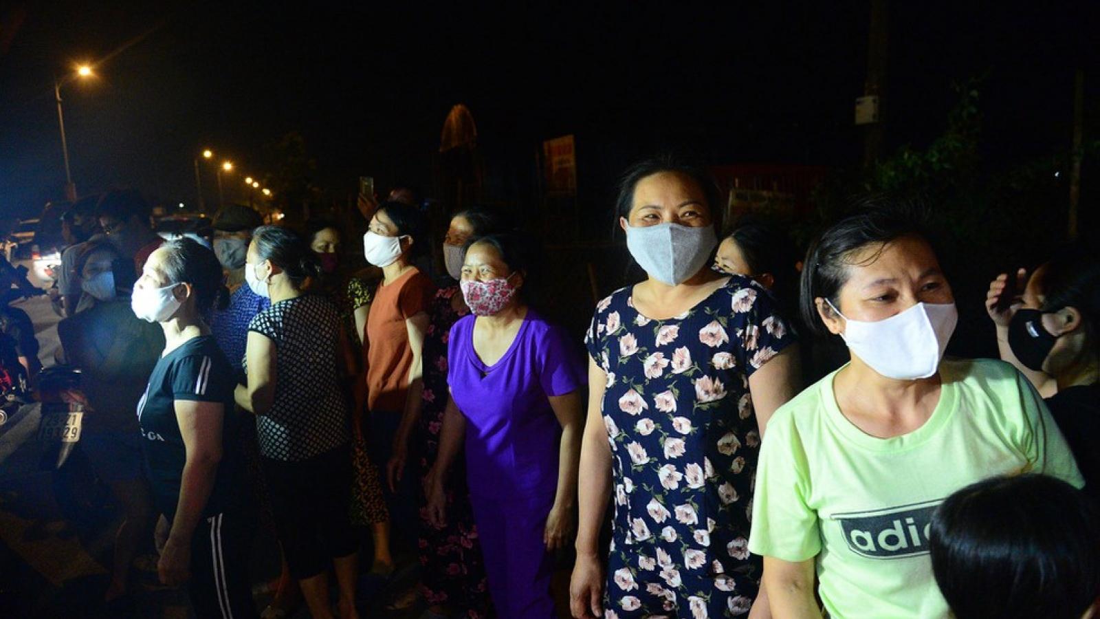 Người dân thôn Hạ Lôi vui mừng giây phút kết thúc cách ly 28 ngày