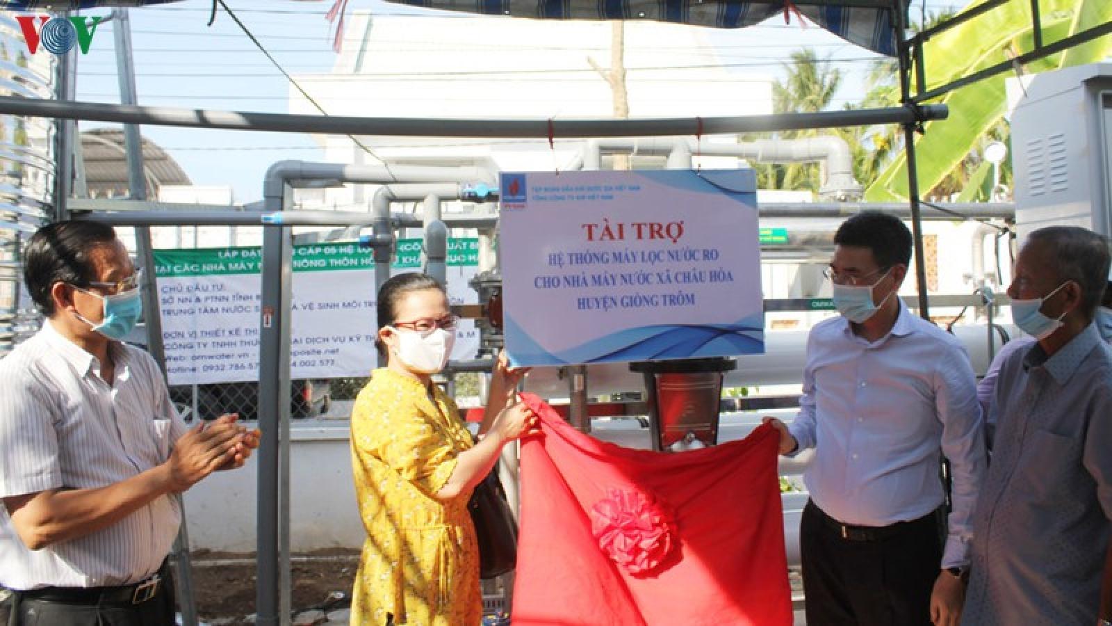 Chủ tịch Quốc hội dự lễ trao tặng máy xử lý nước cho người dân nghèo