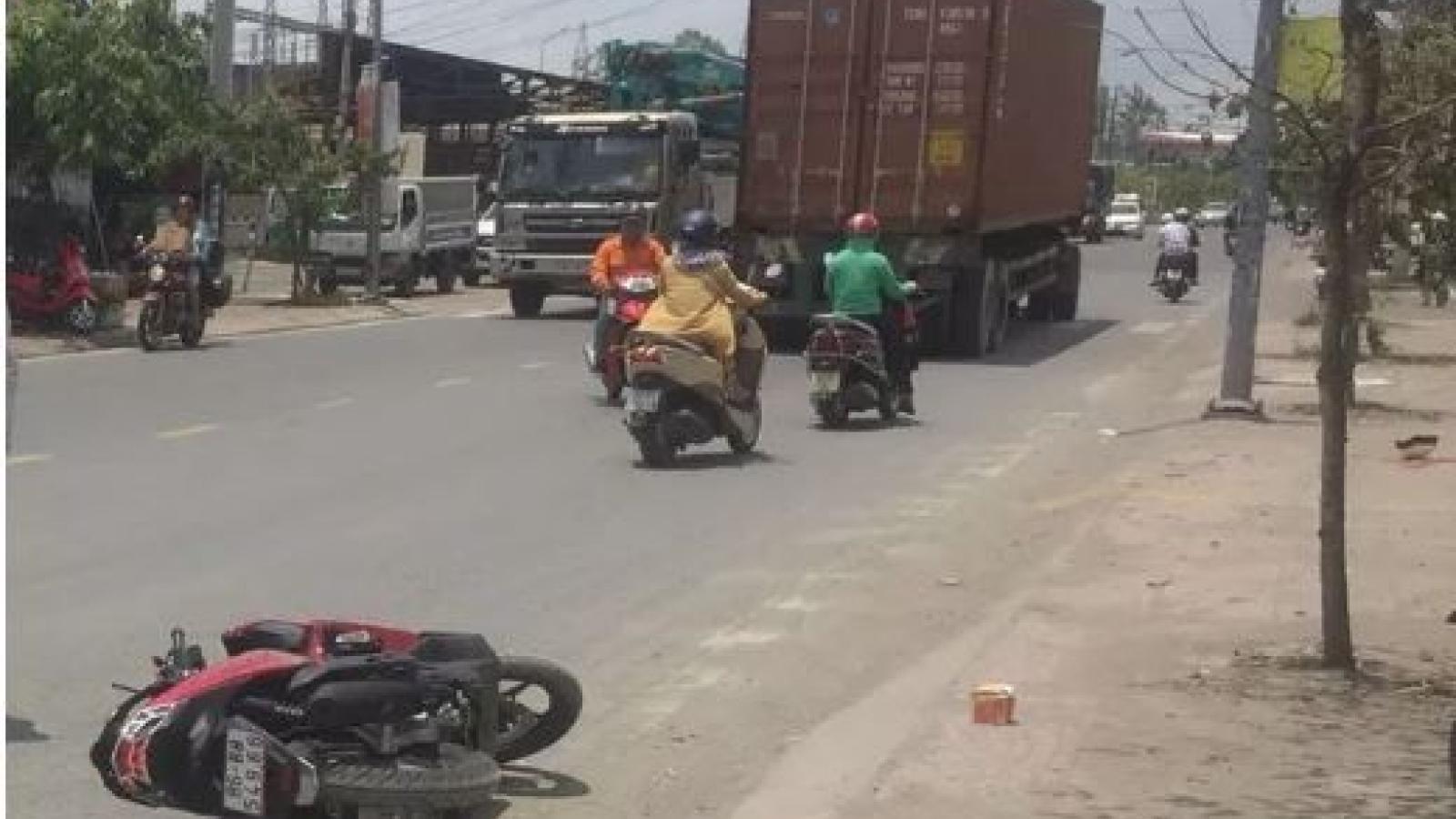 Clip: Va chạm với xe container, thanh niên đi xe máy văng xuống đường tử nạn