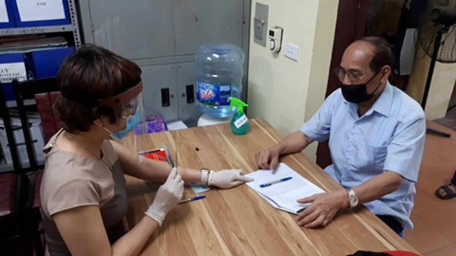 Người dân Hà Nội phấn khởi đi nhận tiền hỗ trợ từ gói 62.000 tỷ