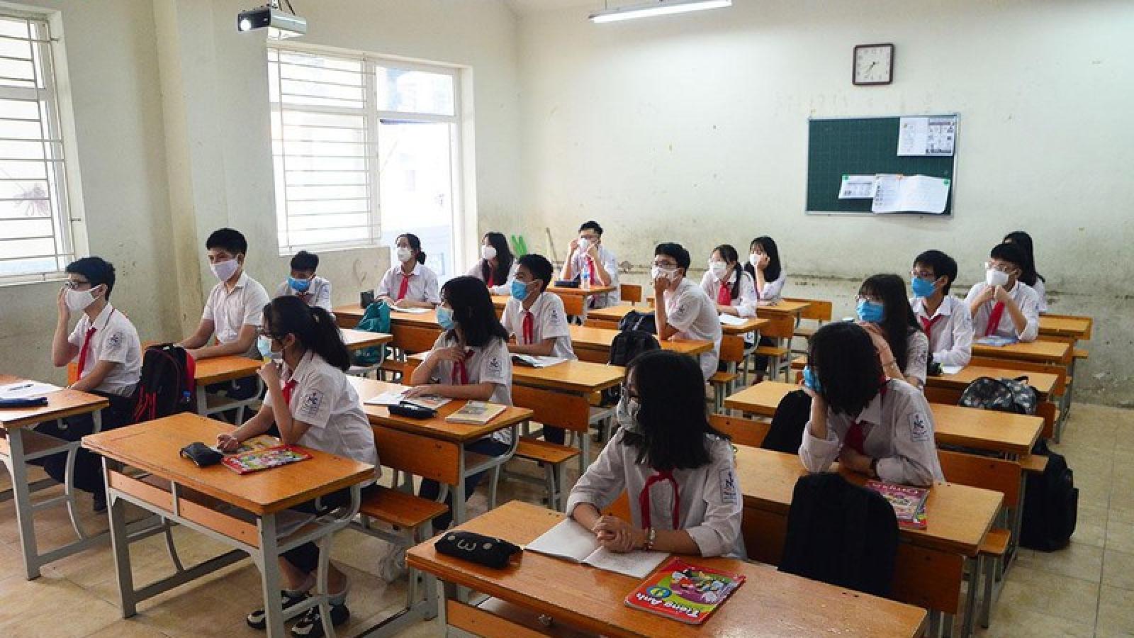 Giãn cách lớp học, nhiều trường loay hoay vì thiếu phòng học, giáo viên
