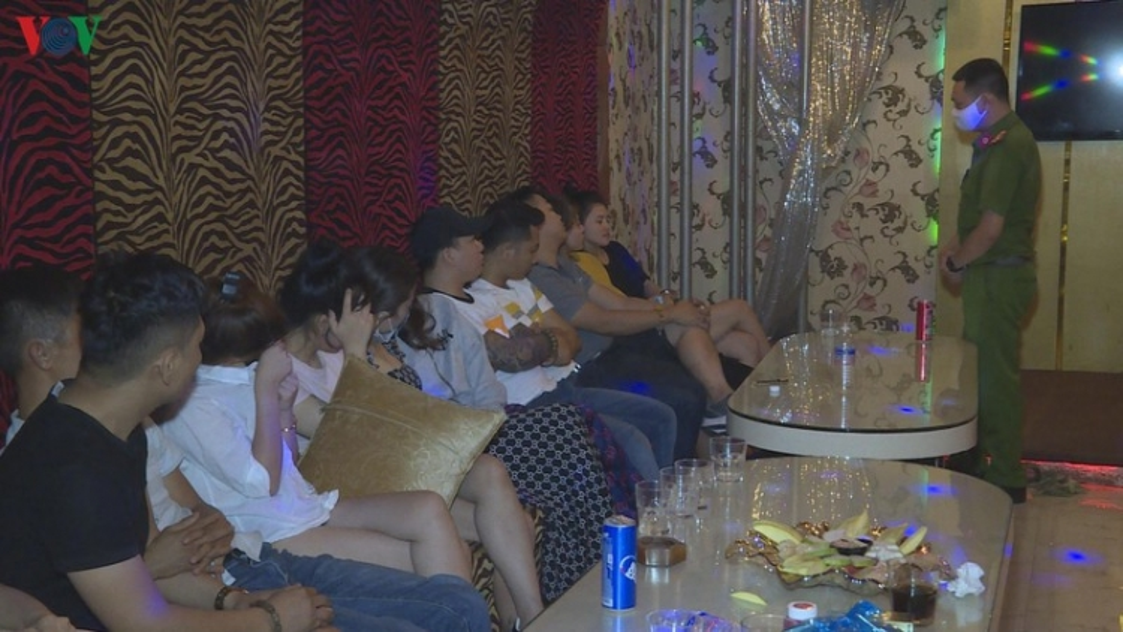 Hàng chục thanh niên thuê phòng karaoke để sử dụng ma túy