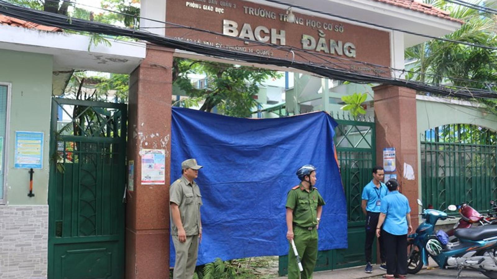 Cây trong trường đổ đè nhiều học sinh ở TP HCM: Một em đã tử vong