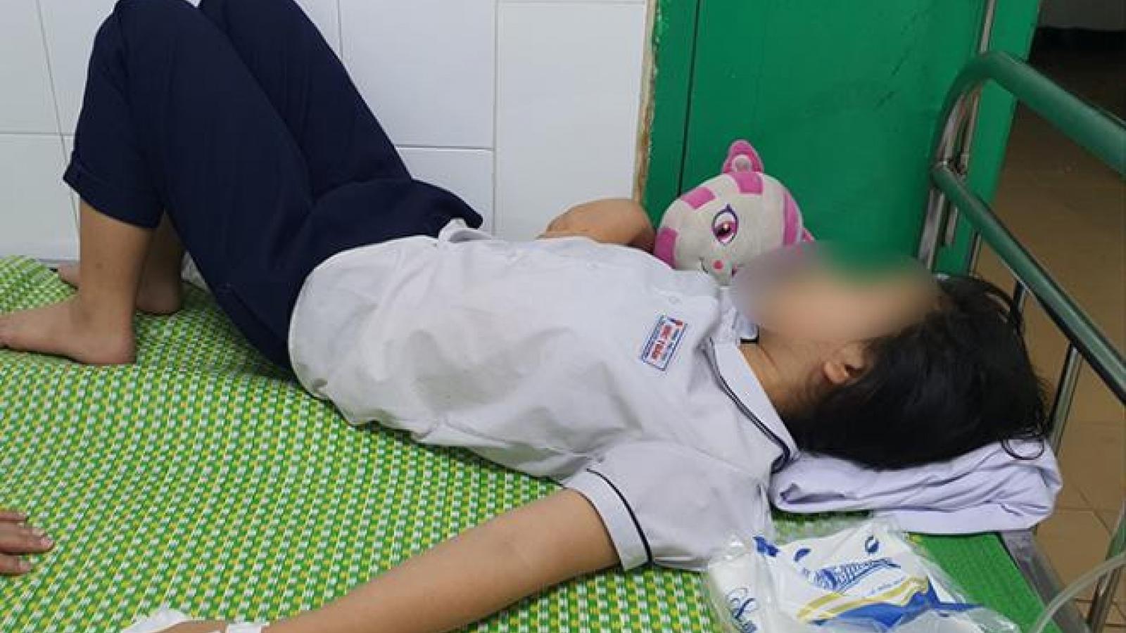 Uống nước ngọt cô giáo mang đến, hàng chục em phải nhập viện