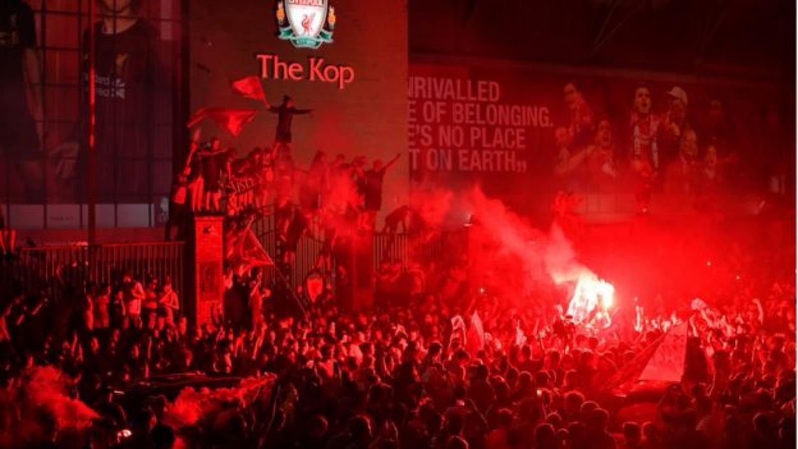 Ảnh: Cổ động viên Liverpool nhuộm đỏ đường phố ăn mừng chức vô địch