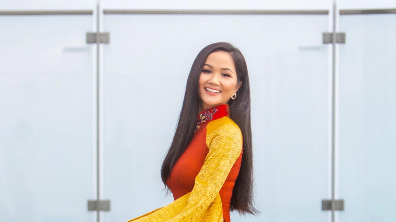 Hoa hậu H'Hen Niê tung bay tà áo dài trên tòa nhà cao nhất Việt Nam