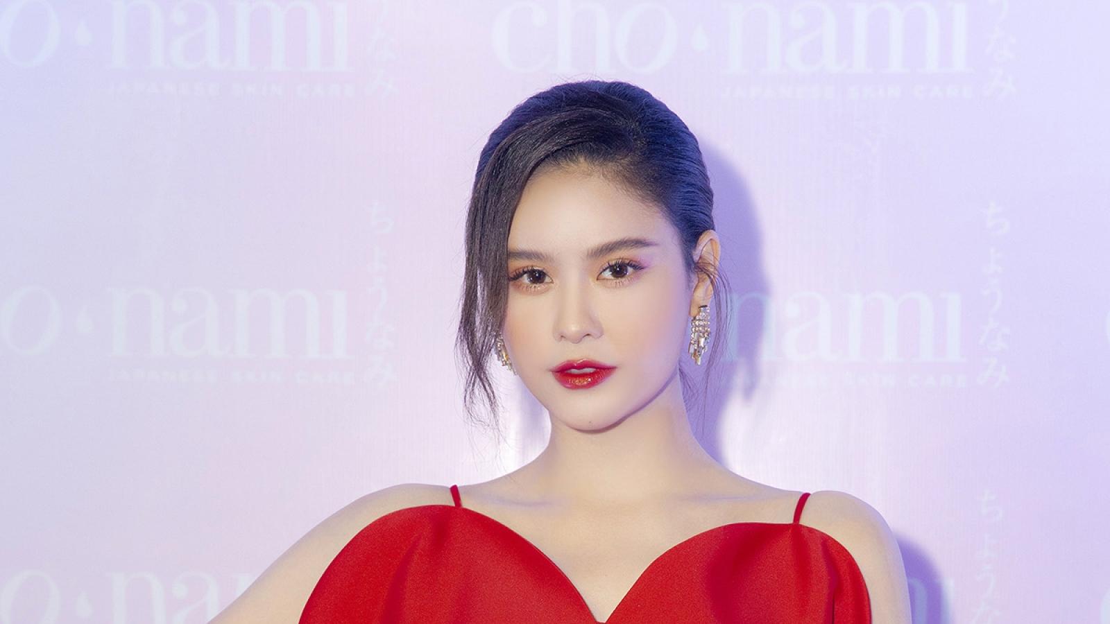 Trương Quỳnh Anh khoe vai trần gợi cảm khi tham dự sự kiện
