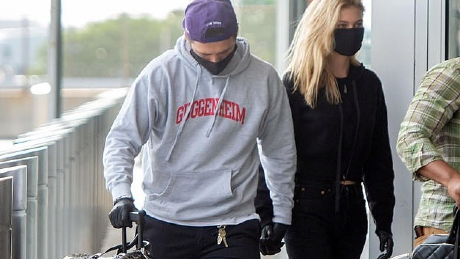Con trai David Beckham tình tứ nắm tay bạn gái xinh đẹp ở sân bay
