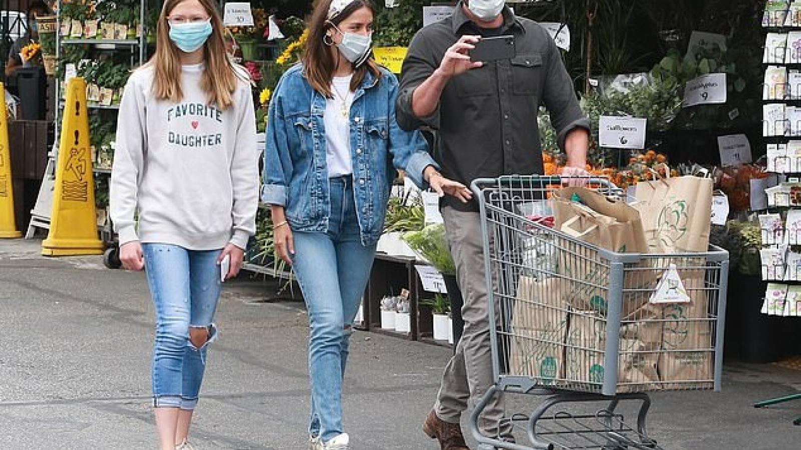 Bạn gái Ben Affleck và con riêng của bạn trai thân thiết đi mua sắm