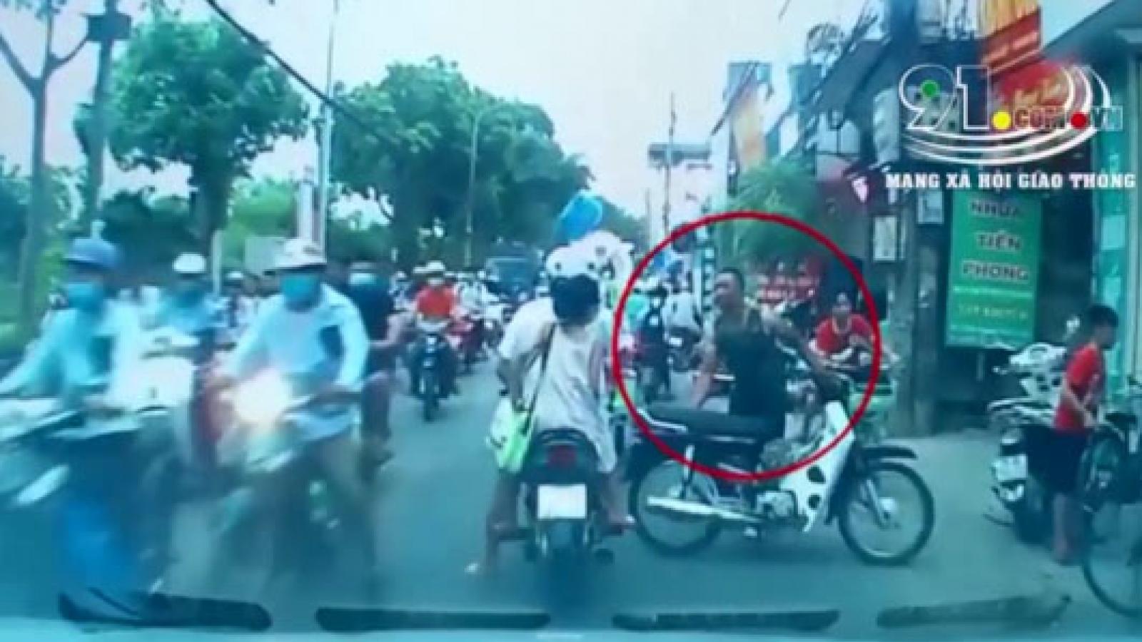 Thanh niên xăm trổ để xe máy chặn giữa đường ở Hà Nội