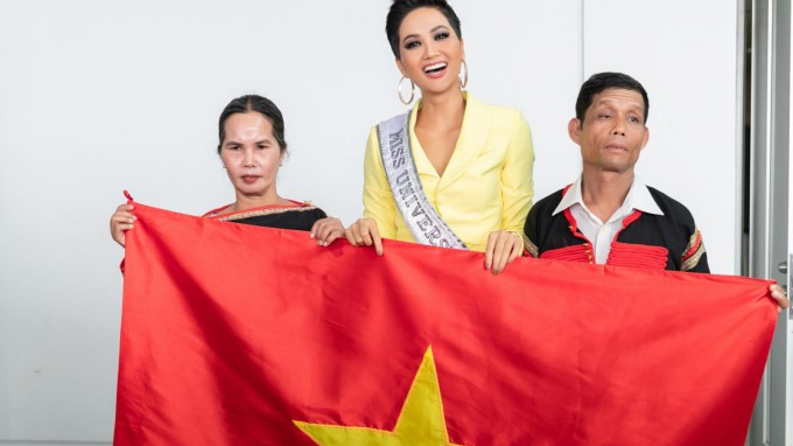 Hoa hậu H'Hen Niê tiết lộ món quà được cha gìn giữ gần 10 năm