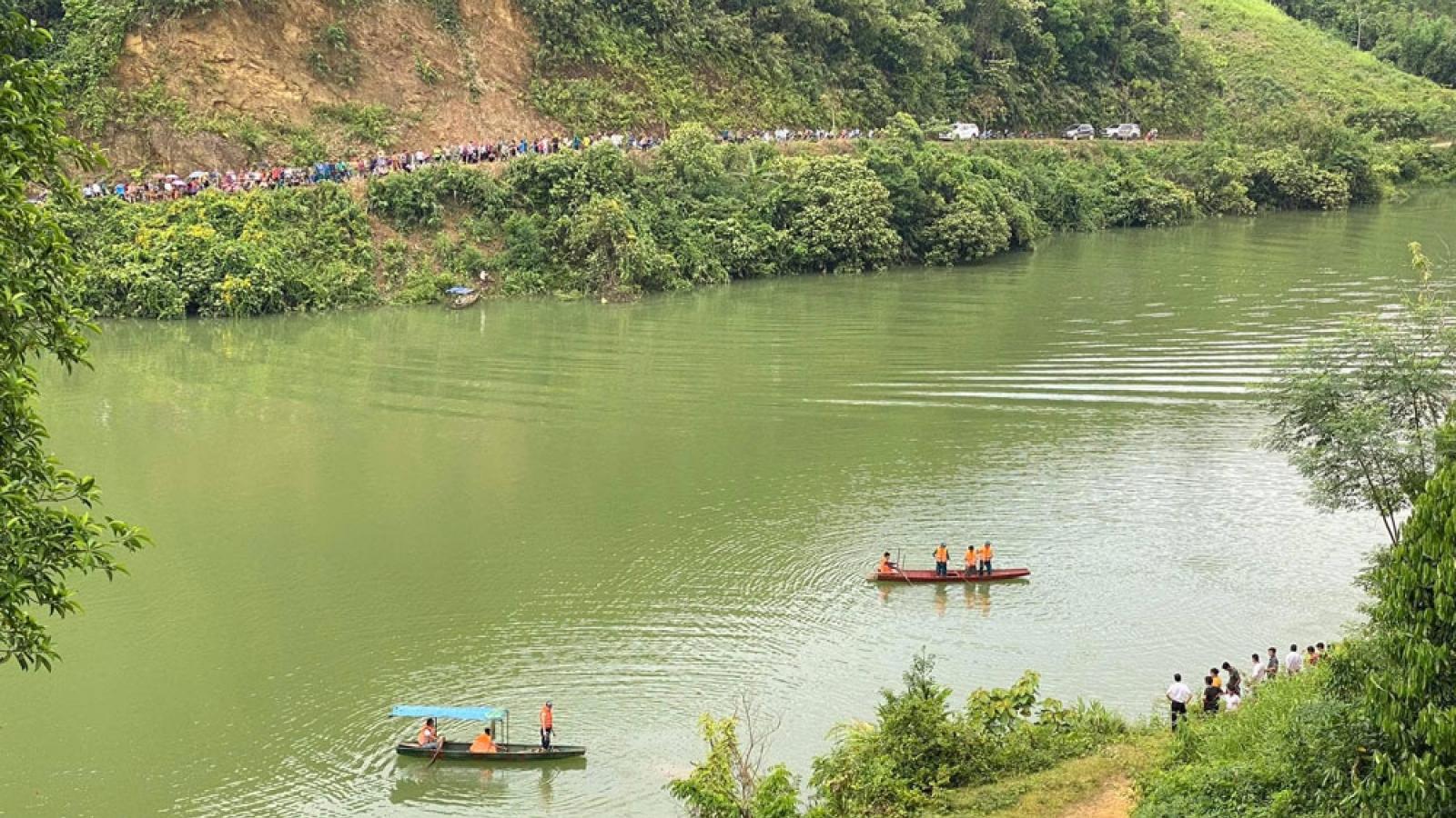 Chơi đêm trên sông Chảy bị lật thuyền, 3 người mất tích