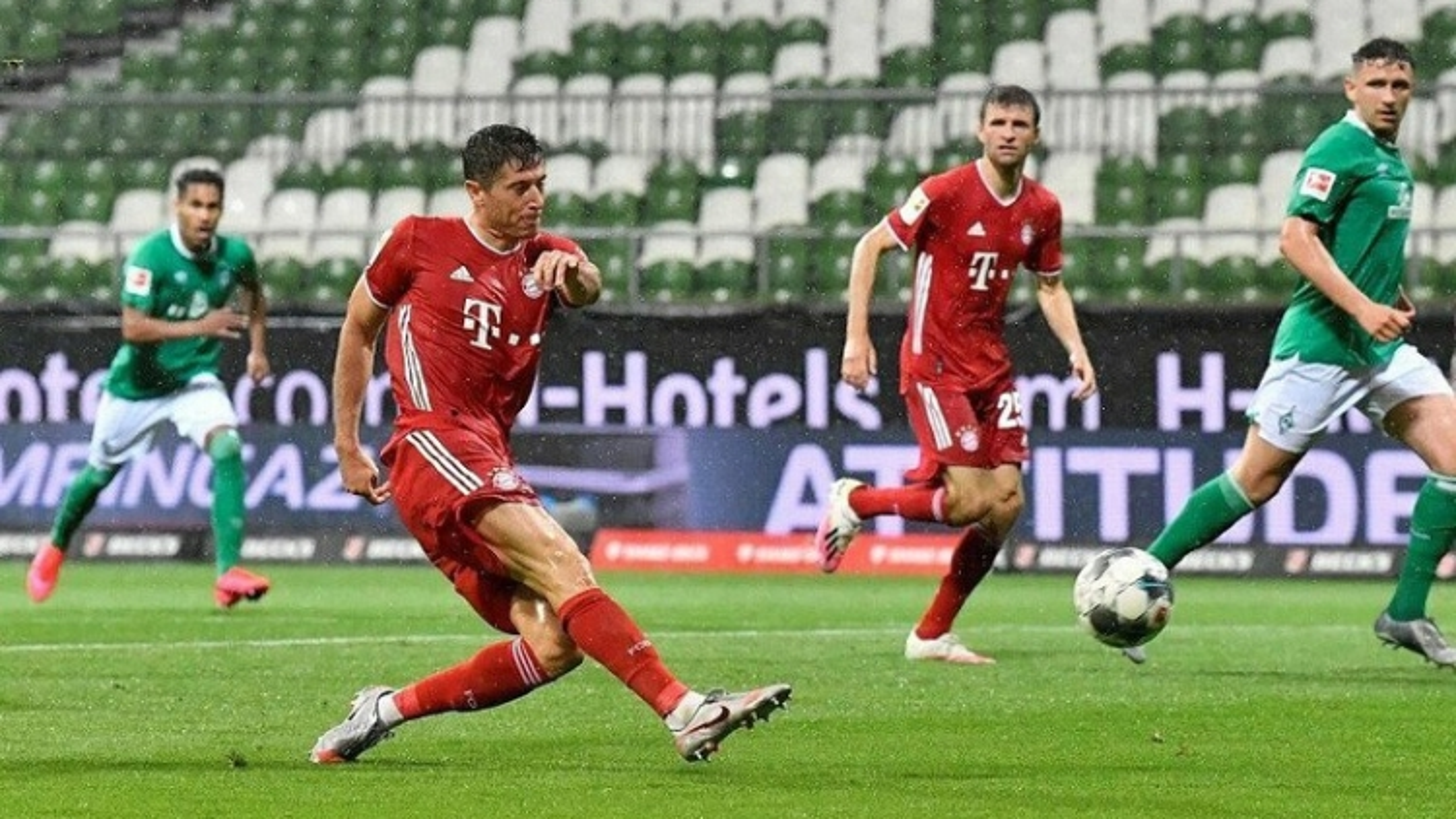 """Chiếc giày vàng châu Âu 19/20: Lewandowski """"bỏ xa"""" Messi và Ronaldo"""