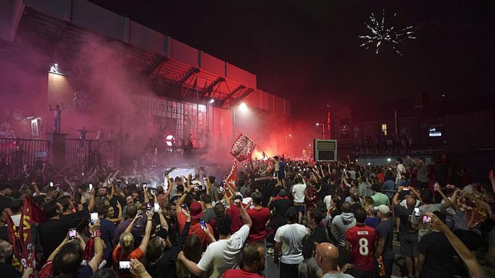 """CĐV Liverpool """"mở tiệc ở đường phố"""" mừng chức vô địch Premier League"""