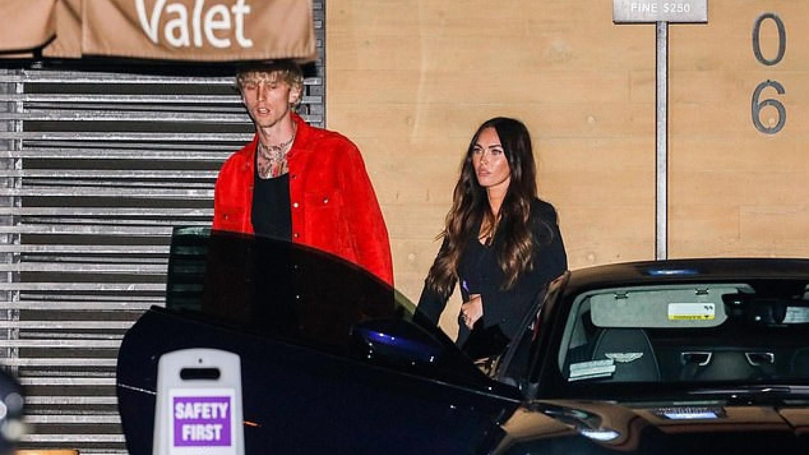 Megan Fox ngọt ngào nắm tay tình trẻ trong buổi tối hẹn hò lãng mạn