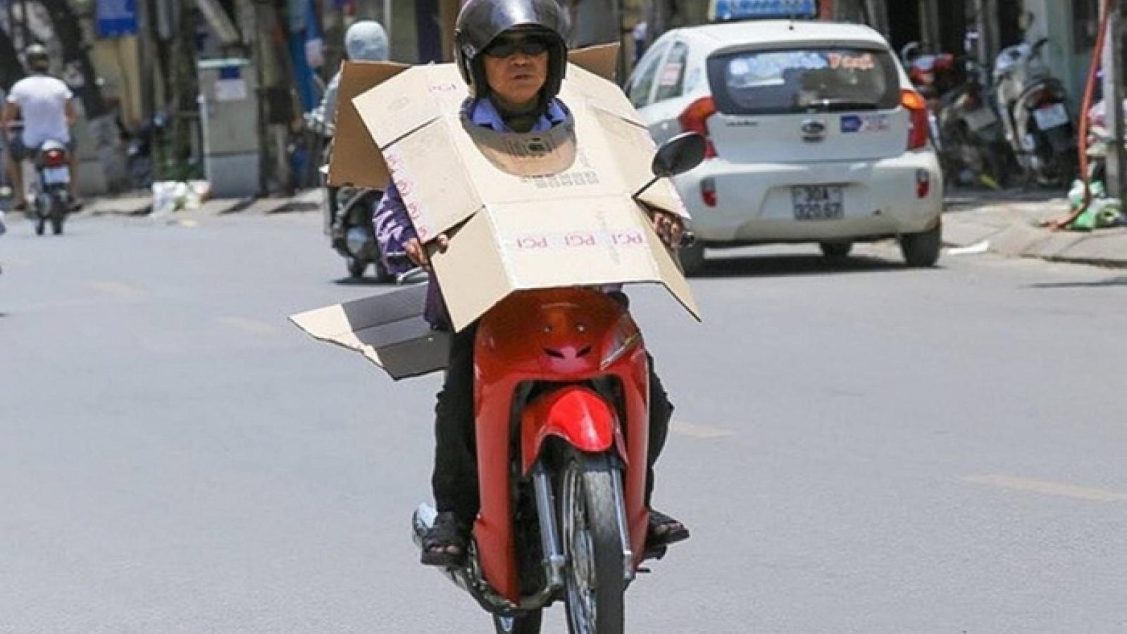 Người lao động nhọc nhằn mưu sinh dưới trời nắng nóng ở Hà Nội