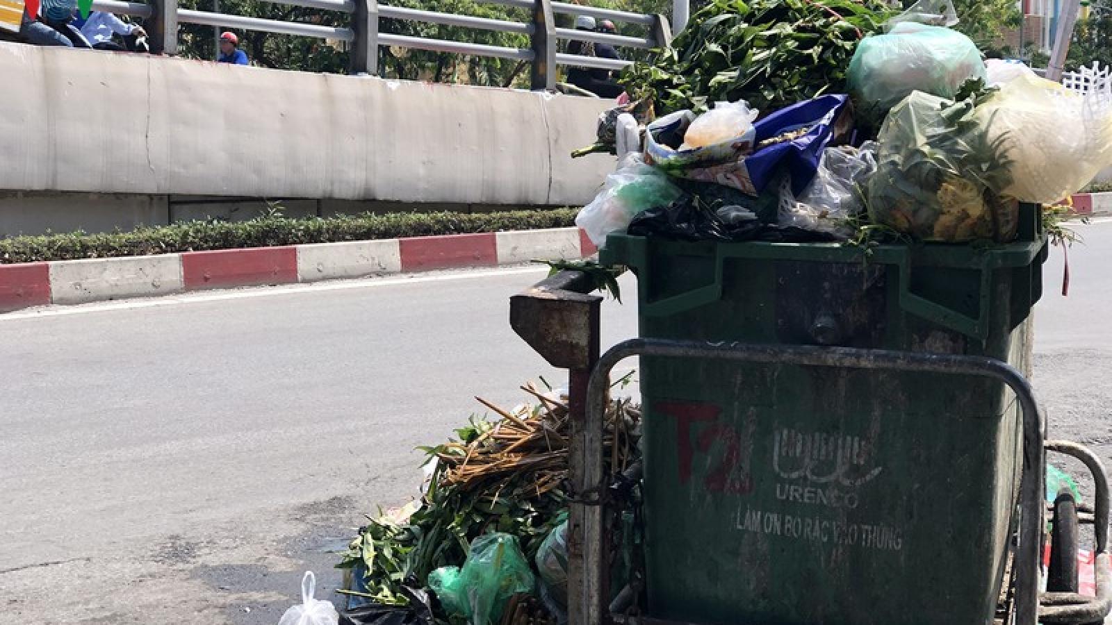 Nắng nóng 40 độ, phố phường Hà Nội nghẹt thở vì rác bốc mùi xú uế