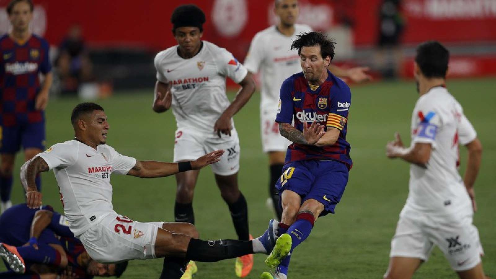 """Messi """"đánh nguội"""" cầu thủ Sevilla nhưng không bị thẻ"""