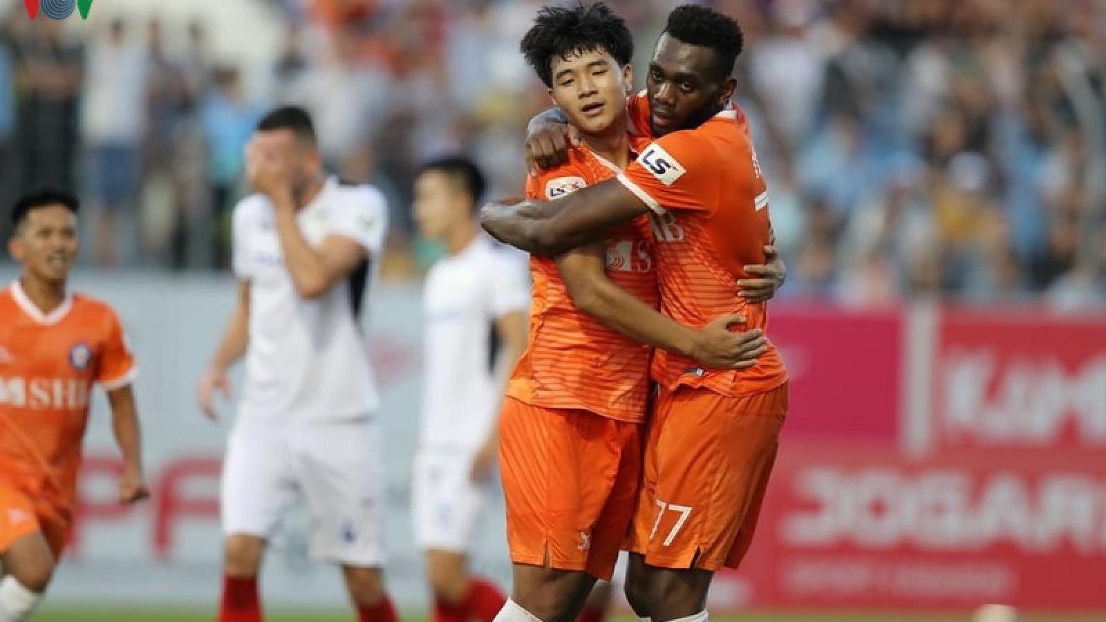 """Hàng thủ HAGL """"tặng quà"""" cho Đức Chinh có bàn đầu tiên ở V-League 2020"""