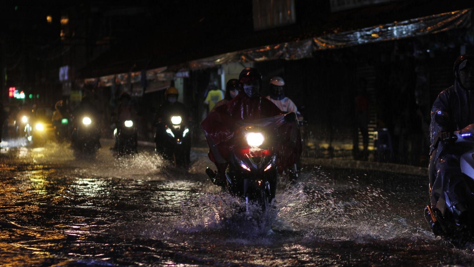 """Trận mưa 30 phút biến nhiều tuyến đường TPHCM thành """"sông"""""""