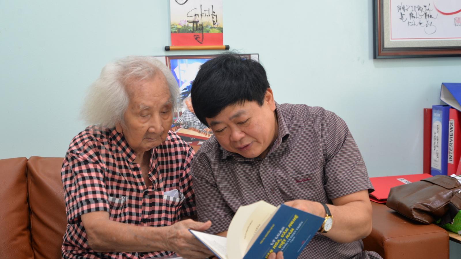 Tổng Giám đốc VOV Nguyễn Thế Kỷ thăm nhạc sư Nguyễn Vĩnh Bảo