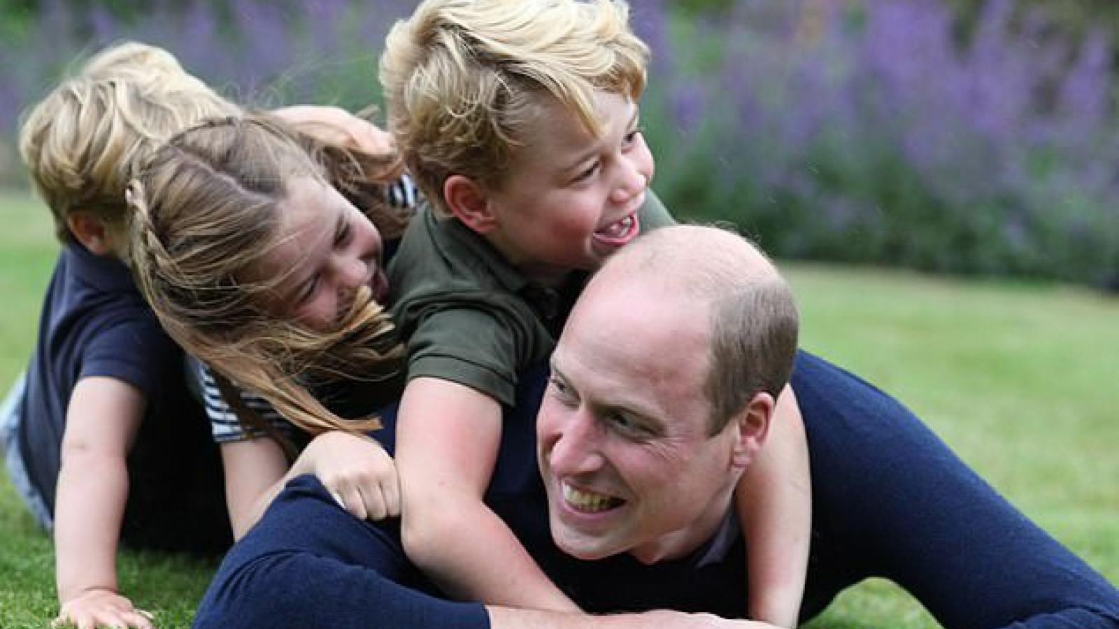 Ấm áp khoảnh khắc hiếm hoi Hoàng tử William vui đùa cùng các con