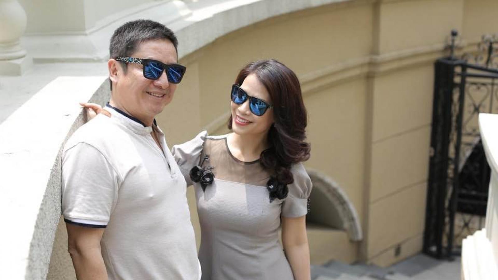 NSƯT Chí Trung đeo kính đôi với bạn gái, ngày càng hạnh phúc