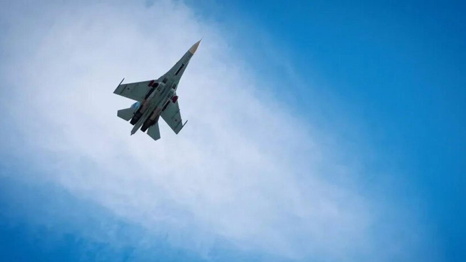 Máy bay chiến đấu Su-27 Nga chặn máy bay trinh sát Mỹ trên biển Đen