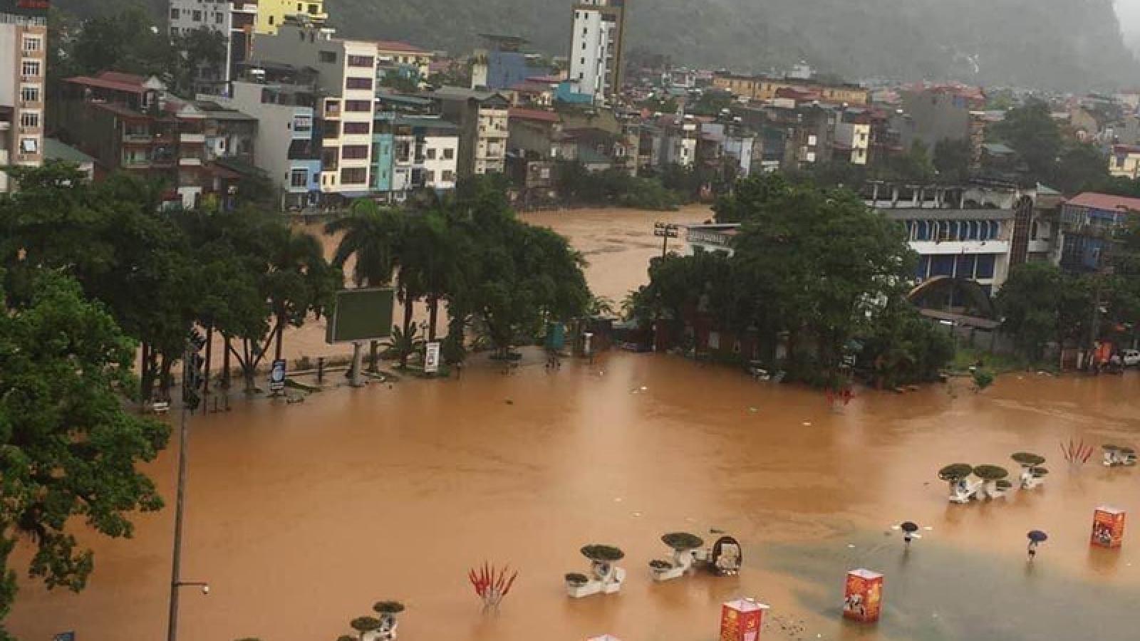 """Ảnh: Mưa lũ kinh hoàng ở Hà Giang, ô tô """"bơi"""" trong biển nước"""