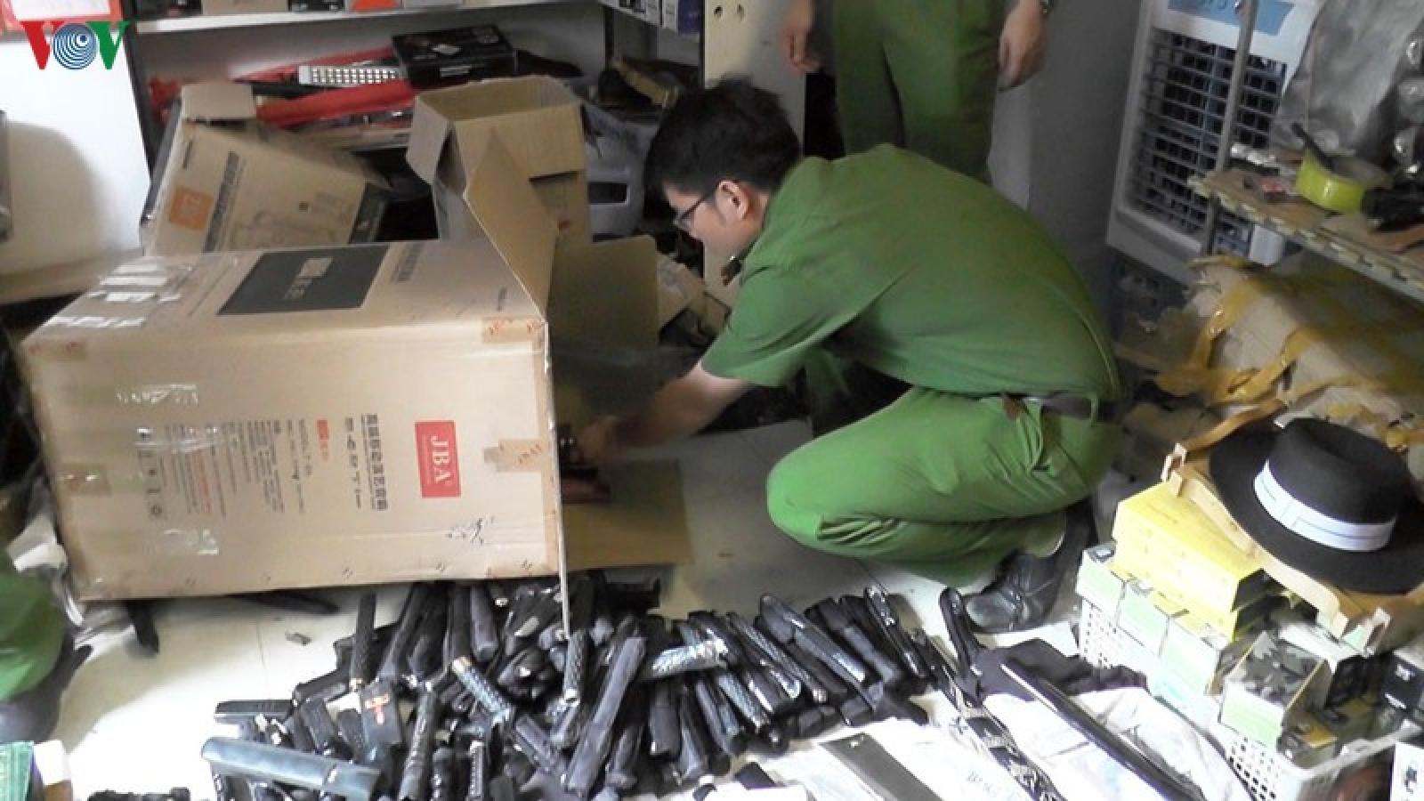 Phát hiện kho dao, súng bán cho du khách ở cổng chợ Cốc Lếu, Lào Cai
