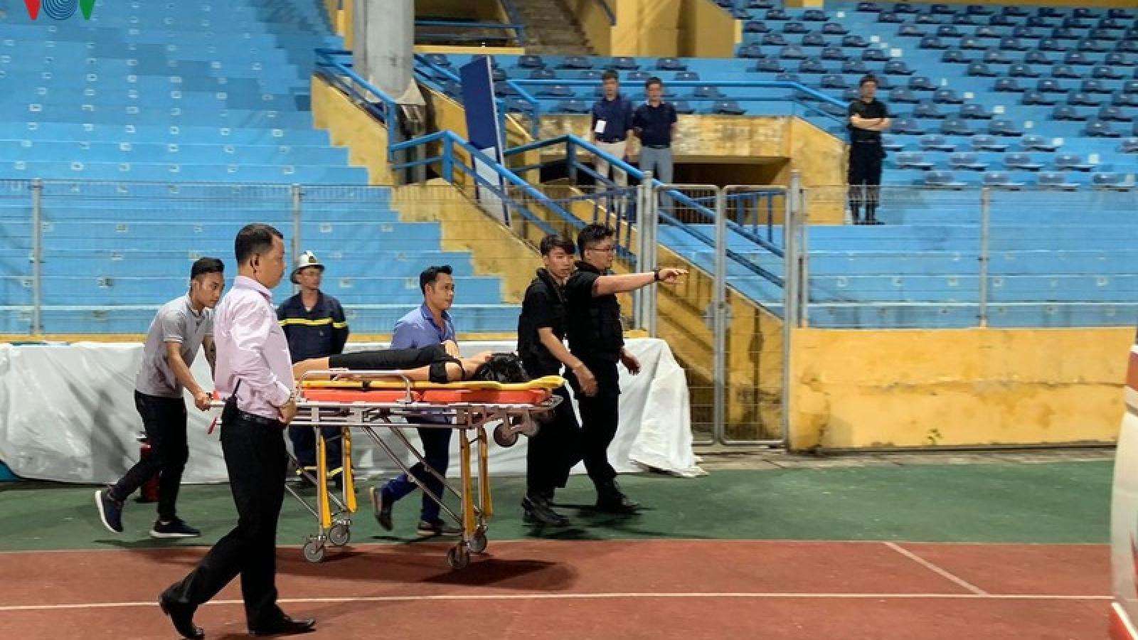 Một CĐV nữ bị ngất ở trận Hà Nội FC - Sài Gòn FC phải lên xe cứu thương