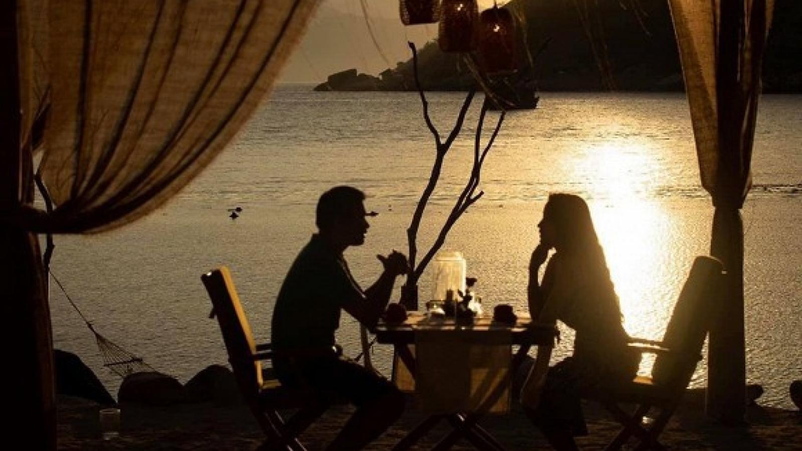 Chuyện showbiz: Vân Hugo và chồng sắp cưới hẹn hò lãng mạn bên bờ biển