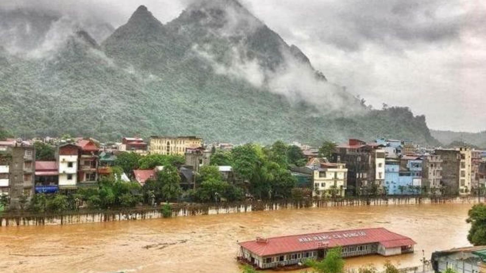Hà Giang chìm trong biển nước, cảnh sát ngâm mình chuyển đồ giúp dân