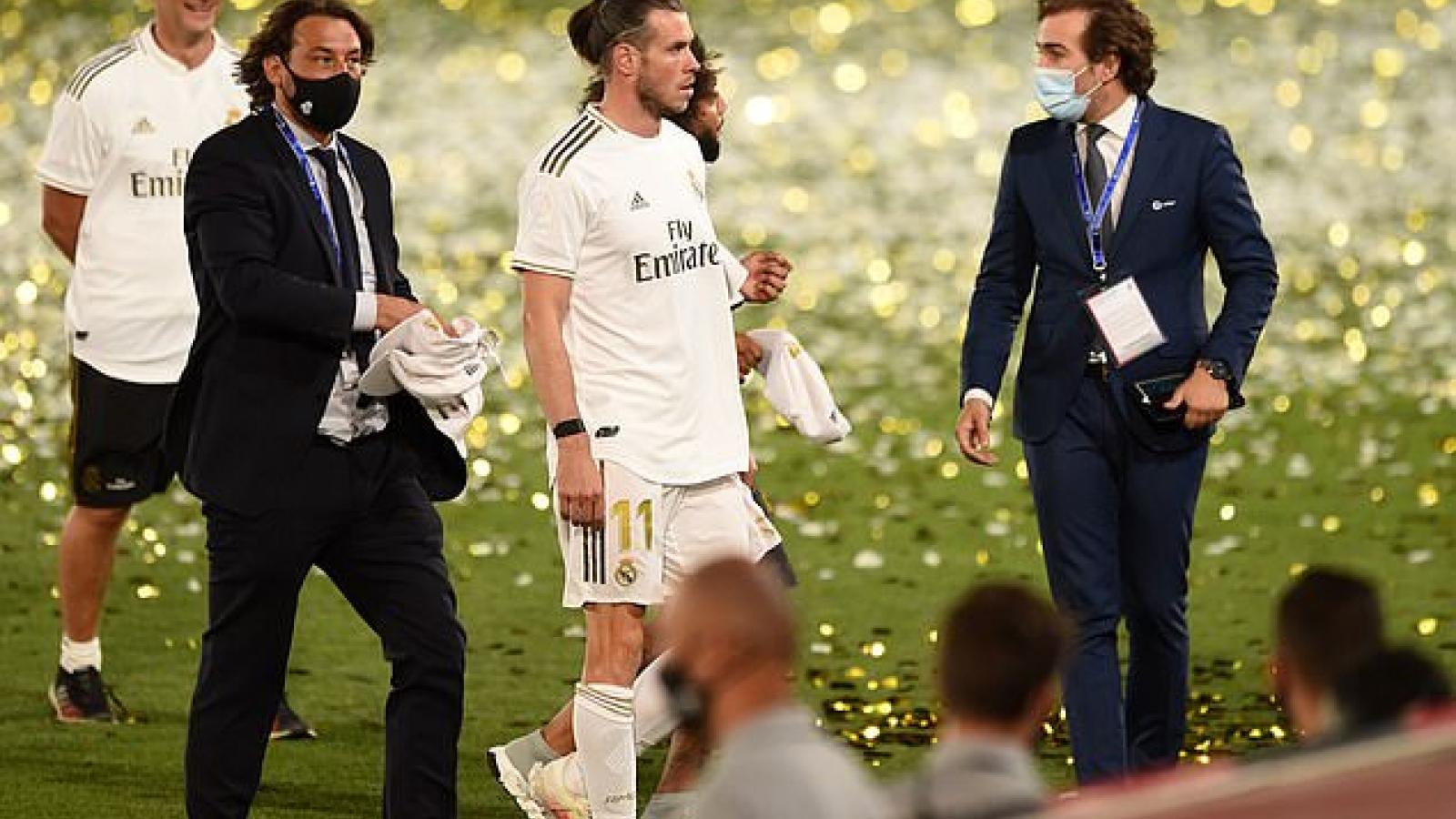 """Gareth Bale """"dửng dưng"""" nhìn đồng đội ở Real ăn mừng vô địch La Liga"""