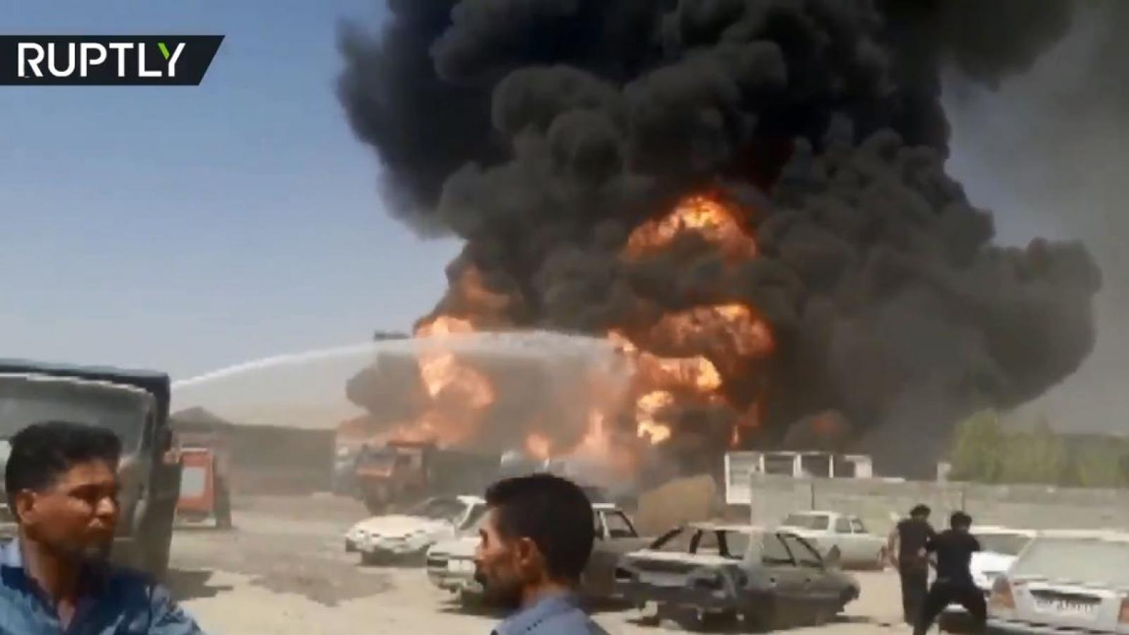 Sau các vụ nổ bí ẩn, 6 xe nhiên liệu của Iran lại bốc cháy ngùn ngụt