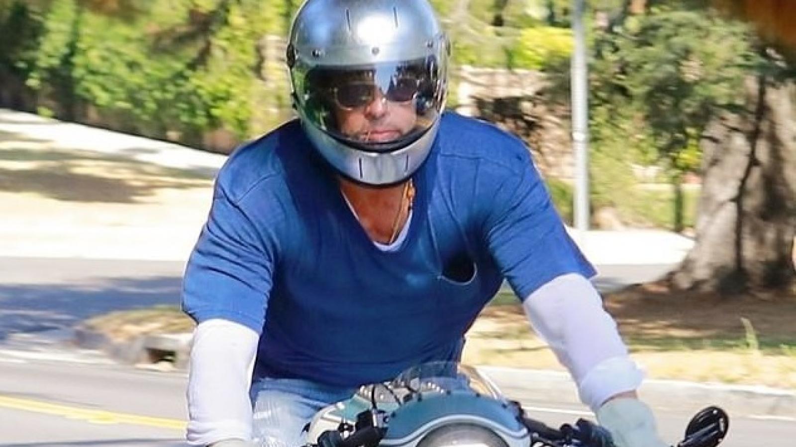 Brad Pitt đội mũ bảo hiểm, lái xe mô tô cực ngầu đến thăm nhà vợ cũ