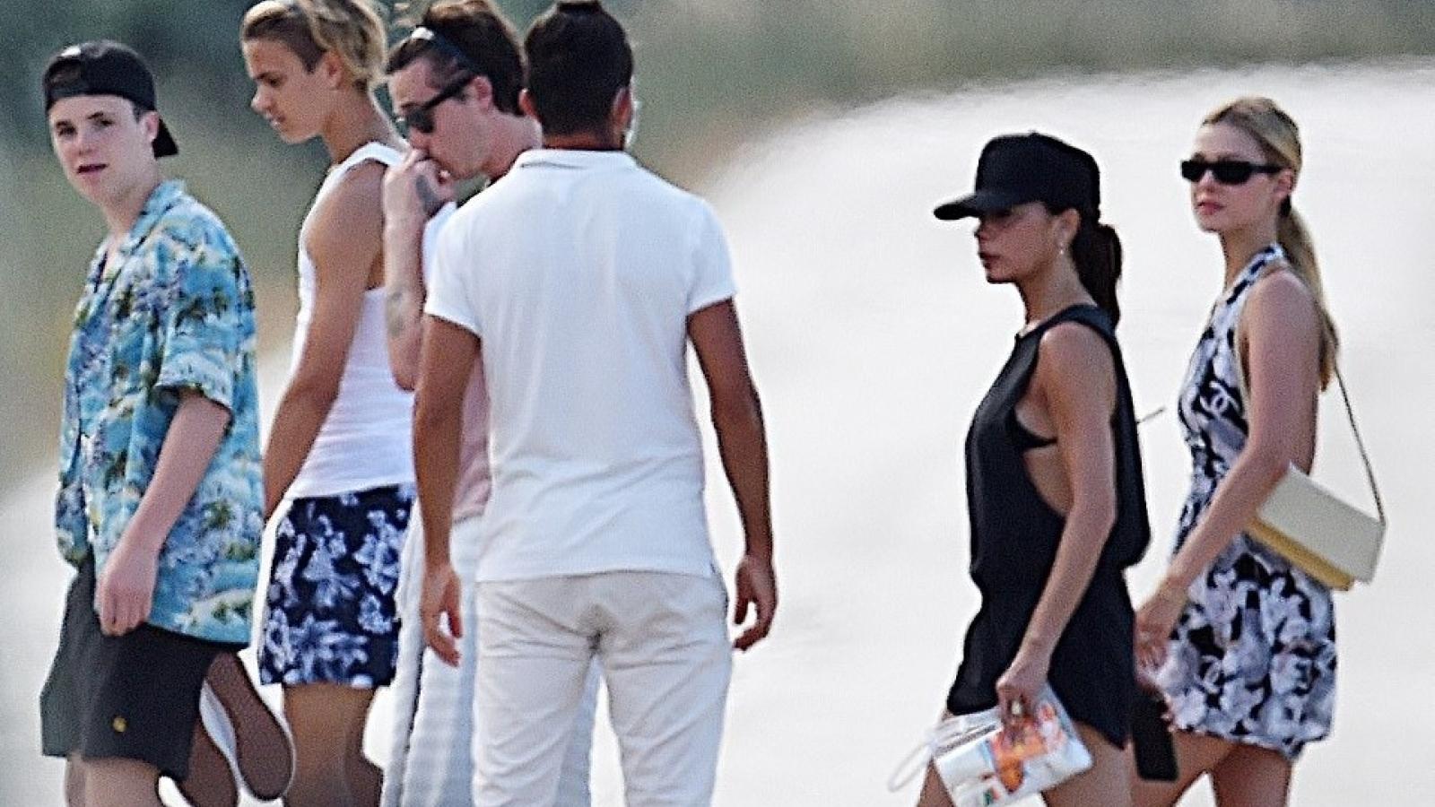 Gia đình David Beckham vui vẻ đi du lịch cùng con dâu tương lai ở Italy