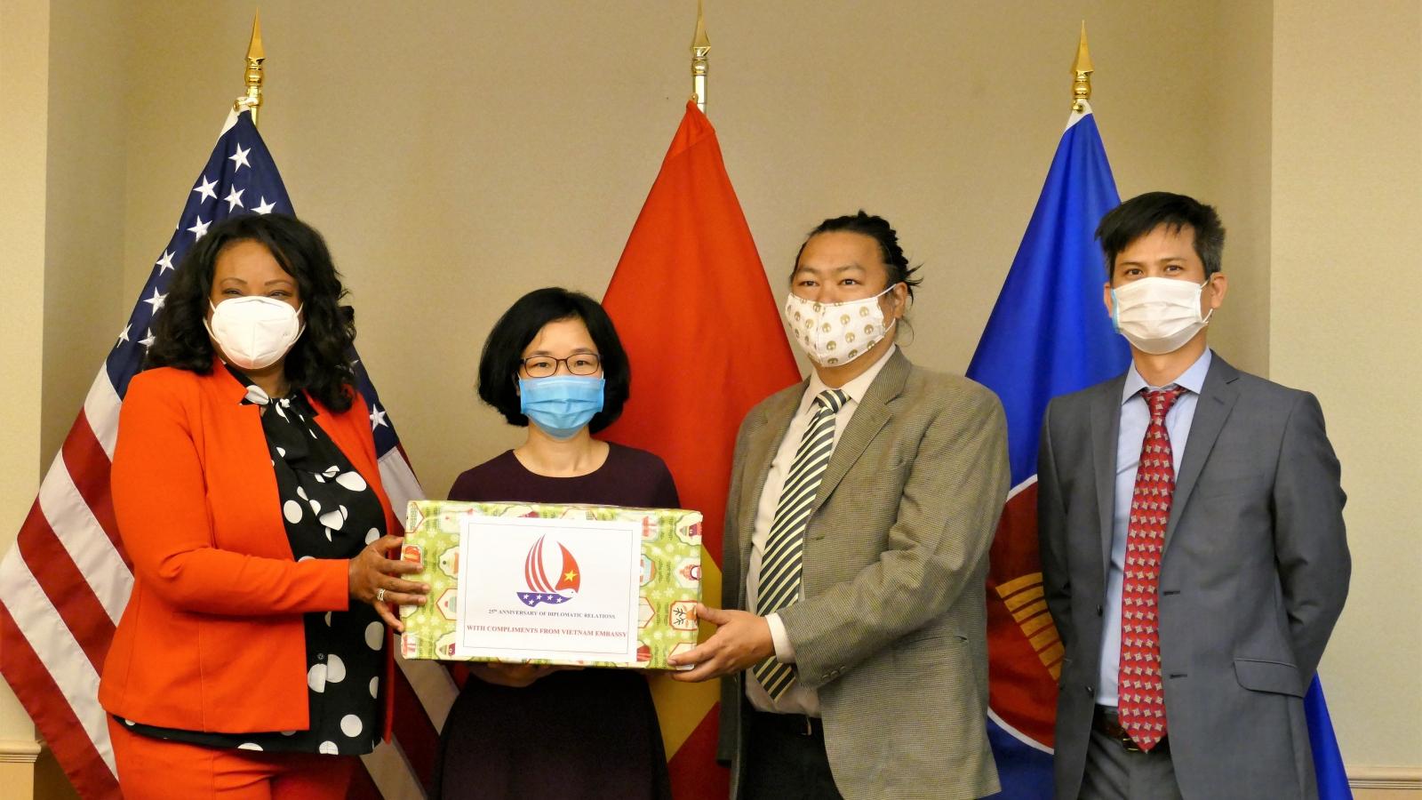 Đại sứ quán Việt Nam trao tặng khẩu trang cho Thủ đô Washington (Mỹ)