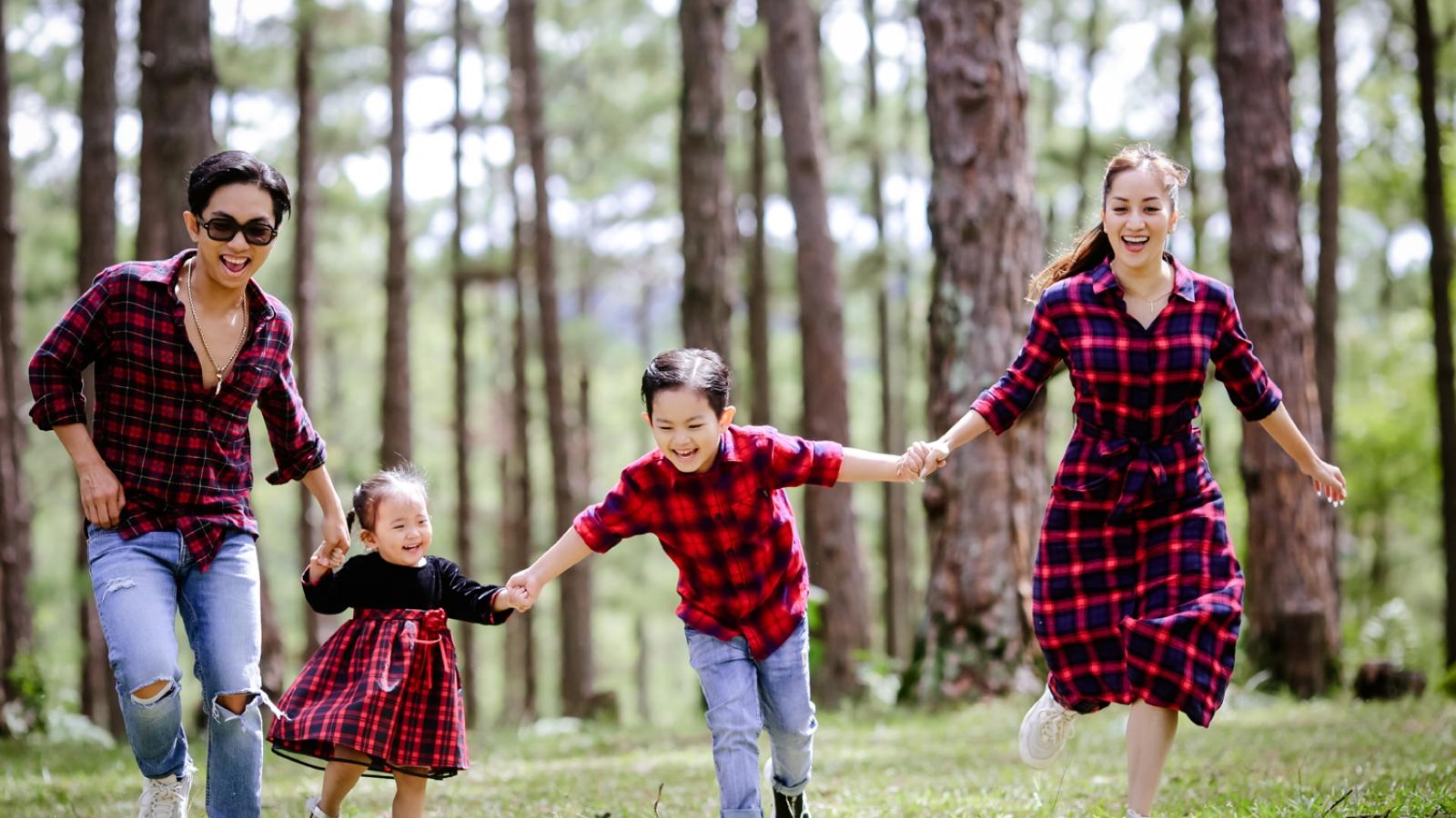 Gia đình Khánh Thi mặc ton sur ton, vui chơi khám phá Đà Lạt