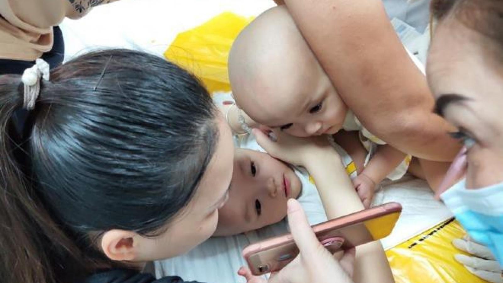 Ảnh: Hai bé gái song sinh dính liền vào phòng phẫu thuật
