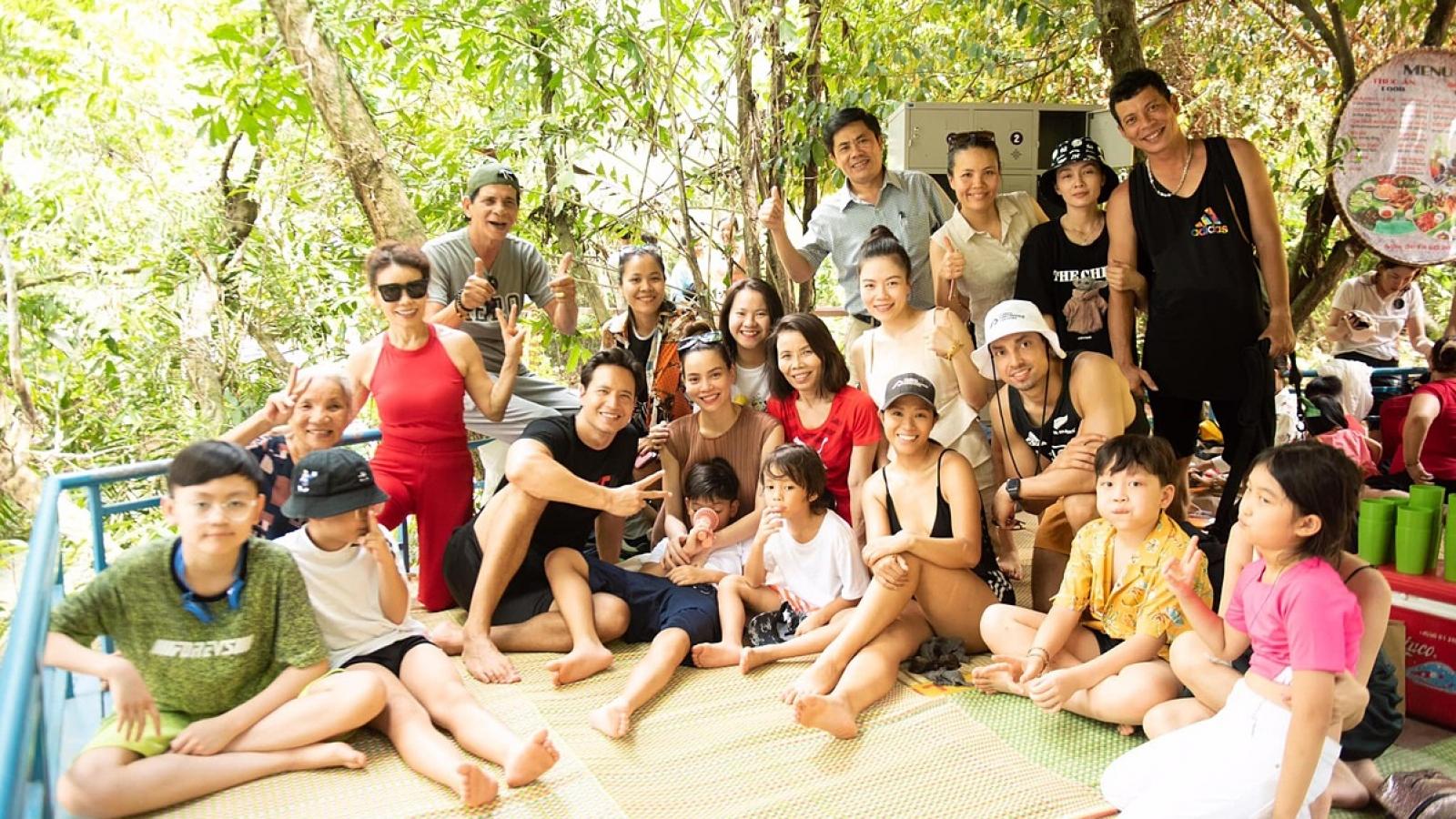 Chuyện showbiz: Gia đình Hồ Ngọc Hà khám phá động Phong Nha