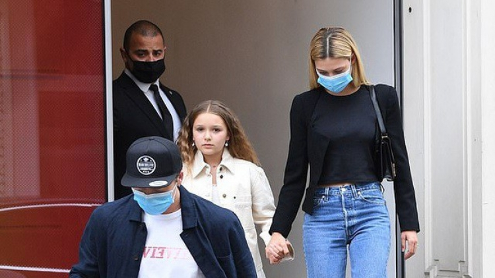 Con trai David Beckham và bạn gái mặc đồ đồng điệu đi mua sắm ở London