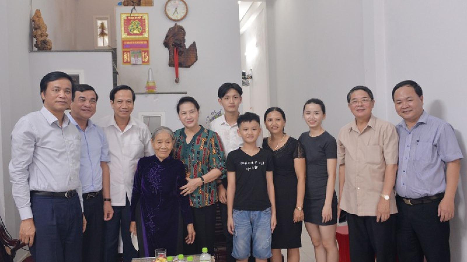 Chủ tịch Quốc hội thăm, tặng quà các mẹ Việt Nam Anh hùng