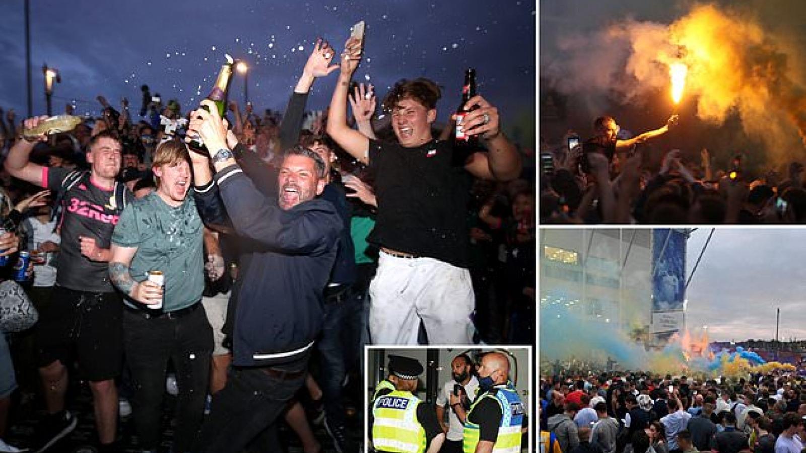 Leeds trở lại Premier League sau 16 năm, CĐV tràn ra đường đốt pháo sáng