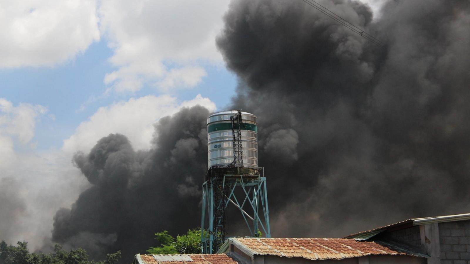 6 người mắc kẹt trong đám cháy khu trọ 5 tầng